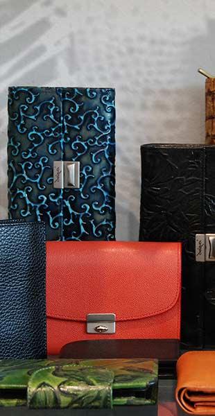 Dequa Accessoires aus Leder (Handtaschen, Portemonnaies, Etuis)
